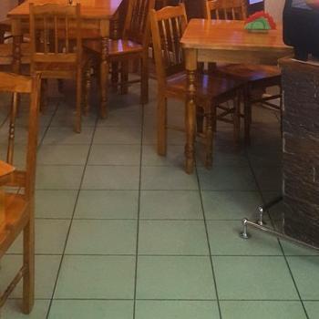 stoliki krzesła witryna