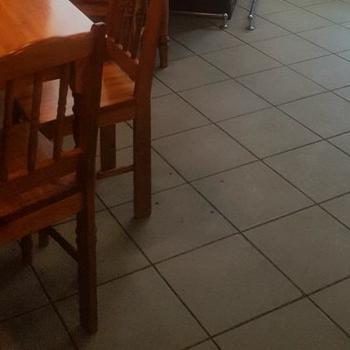 stoliki krzesła witryna zowocami